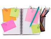 Cuaderno marcada en blanco con papeles de aviso — Foto de Stock