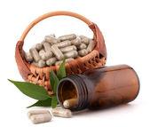 Capsule di erbe droga nel cesto di vimini. medicina alternativa conc — Foto Stock