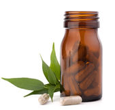 Cápsulas de drogas à base de plantas em frasco de vidro escuro. medicina alternativa — Fotografia Stock