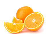 Affettato segmenti frutto arancione isolati su sfondo bianco — Foto Stock