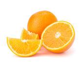 Gesneden oranje vruchten segmenten geïsoleerd op witte achtergrond — Stockfoto