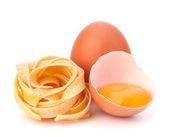 イタリアン卵パスタ フェットチーネ ネストします。 — ストック写真