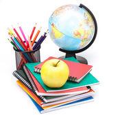 Globe, poznámkového bloku zásobníku a tužky. školák a student studi — Stock fotografie