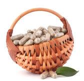 Cápsulas de drogas à base de plantas na cesta de vime. — Foto Stock
