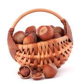 лещинные орехи в корзине — Стоковое фото