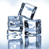 Mavi zemin üzerine buz küpleri — Stok fotoğraf