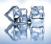 Cubetti di ghiaccio su sfondo blu — Foto Stock