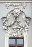 Okno starego budynku z architektonicznych fryz — Zdjęcie stockowe