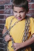 Prisioneiro de criança zangada com corrente — Foto Stock