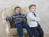 Two kids in chair together — 图库照片