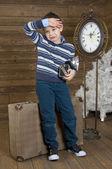 Trött liten turist med kamera — Stockfoto