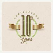 Emblema di tipo anniversario d'epoca con nastro dorato ed elementi decorativi - illustrazione vettoriale — Vettoriale Stock