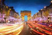 凯旋门巴黎的城市在日落-拱的胜利和香榭丽舍大街 — 图库照片