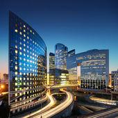 Bussines arkitektur - skyskrapor och lätta spår — Stockfoto