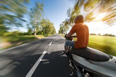 Rider on motorcycle riding in parkway — Fotografia Stock