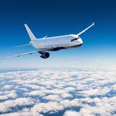 самолет в небе в солнечный день — Стоковое фото