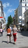 Two girls on the street in Vienna (Austria) — Stock Photo