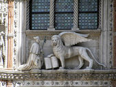 Lion of Saint Mark at Patriarchal Cathedral Basilica of Saint Mark in Venice (Italy) — Stock Photo