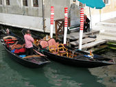 Gondola and gondoliers in Venice (Italy) — Stock Photo