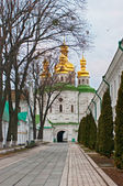 Kostel všech svatých na hospodářské brány k kyjevskopečerská lávra — Stock fotografie