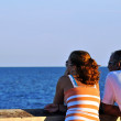 Couple stares out at the ocean — Stock Photo