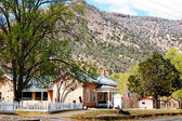 Lincoln New Mexico house next to the mountain — Stock Photo