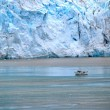 Boat beside glacier — Foto Stock