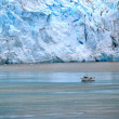 Foto Stock: Boat beside glacier