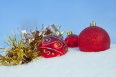 Decoração de bolas de natal na neve — Foto Stock