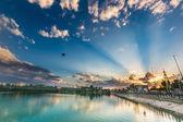 Paesaggio di lago cielo paesaggio urbano — Foto Stock