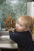 Niño, niño lave a mano — Foto de Stock