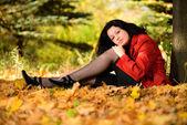 Vacker kvinna i höst park — Stockfoto