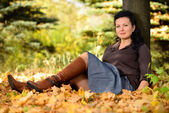 Beautiful woman in the autumn Park — Stock Photo