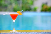 Cocktail at the edge of the swimming pool — Stock Photo