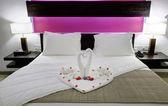 Pokoj v hotelu s labutí z ručníku na posteli novomanželé — Stock fotografie