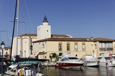 Port Grimaud, village church with a quadratic tower, Cote dAzur, French Riviera, Southern France, Europe — Stock Photo