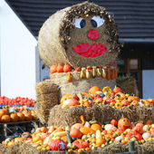 Fun autumn produce display on hay bales — Stock Photo