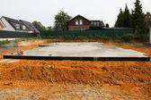 新しく床と新しく置かれた基礎床および基礎を築いた — ストック写真