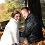 souriant couple parmi les feuilles d'automne souriant couple en automne les feuilles — Photo