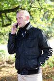Stilig man talar på hans mobil stilig man talar på hans mobil — Stockfoto