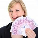 mujer rubia sonriendo con billetes de 500 euros — Foto de Stock