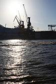 Bir nakliye iskele üzerinde endüstriyel vinçler — Stok fotoğraf