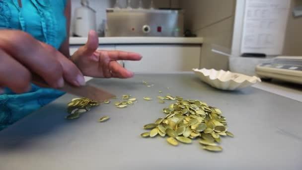 Femme tri de graines de citrouille — Vidéo