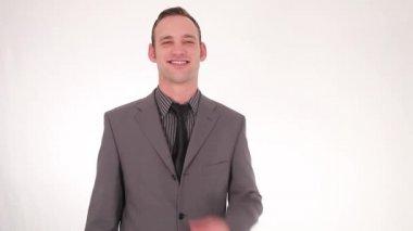 Kravatını düzleştirme gülümseyen iş adamı — Stok video
