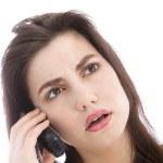 kvinna lyssna till ett samtal på en mobil — Stockfoto