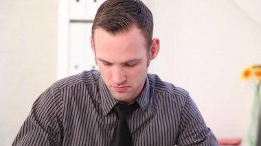 Empresario escribiendo notas en su escritorio — Vídeo de Stock