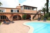 スイミング プール付きの豪華な家 — ストック写真