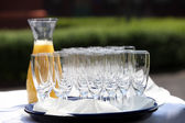 Many glasses and juice — Stockfoto