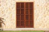 Volets fenêtre dans un immeuble en pierre — Photo