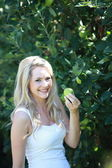 Young woman holding a green apple — Foto de Stock